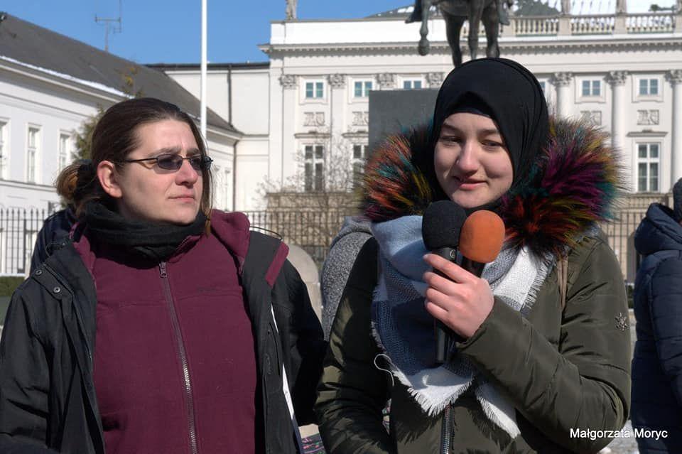Natalia Gebert (z lewej) i Amina, przemówienie na demonstracji antyrasistowskiej w Warszawie, 17 marca 2018. Zdjęcie: Małgorzata Moryc
