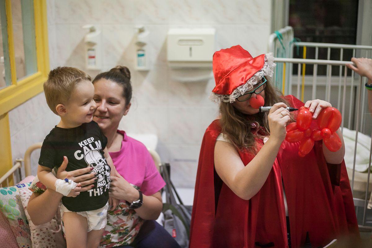 Wolontariuszka Fundacji Dr Clown w jednym z warszawskich szpitali. [fot. Tomasz Kaczor dla warszawa.ngo.pl]