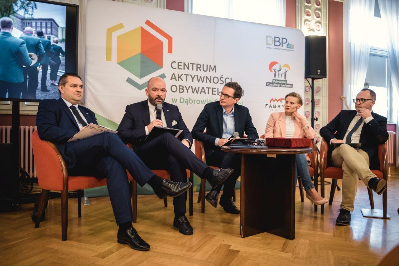 Debata prezydencka. Od lewej: Marcin Bazylak (prezydent Dąbrowy Górniczej),  Jacek Sutryk (prezydent Wrocławia), Łukasz Domagała (prezes OFOP), Marta Makuch (zastępca prezydenta Słupska) i Marcin Skwierawski (zastępca prezydenta Sopotu).