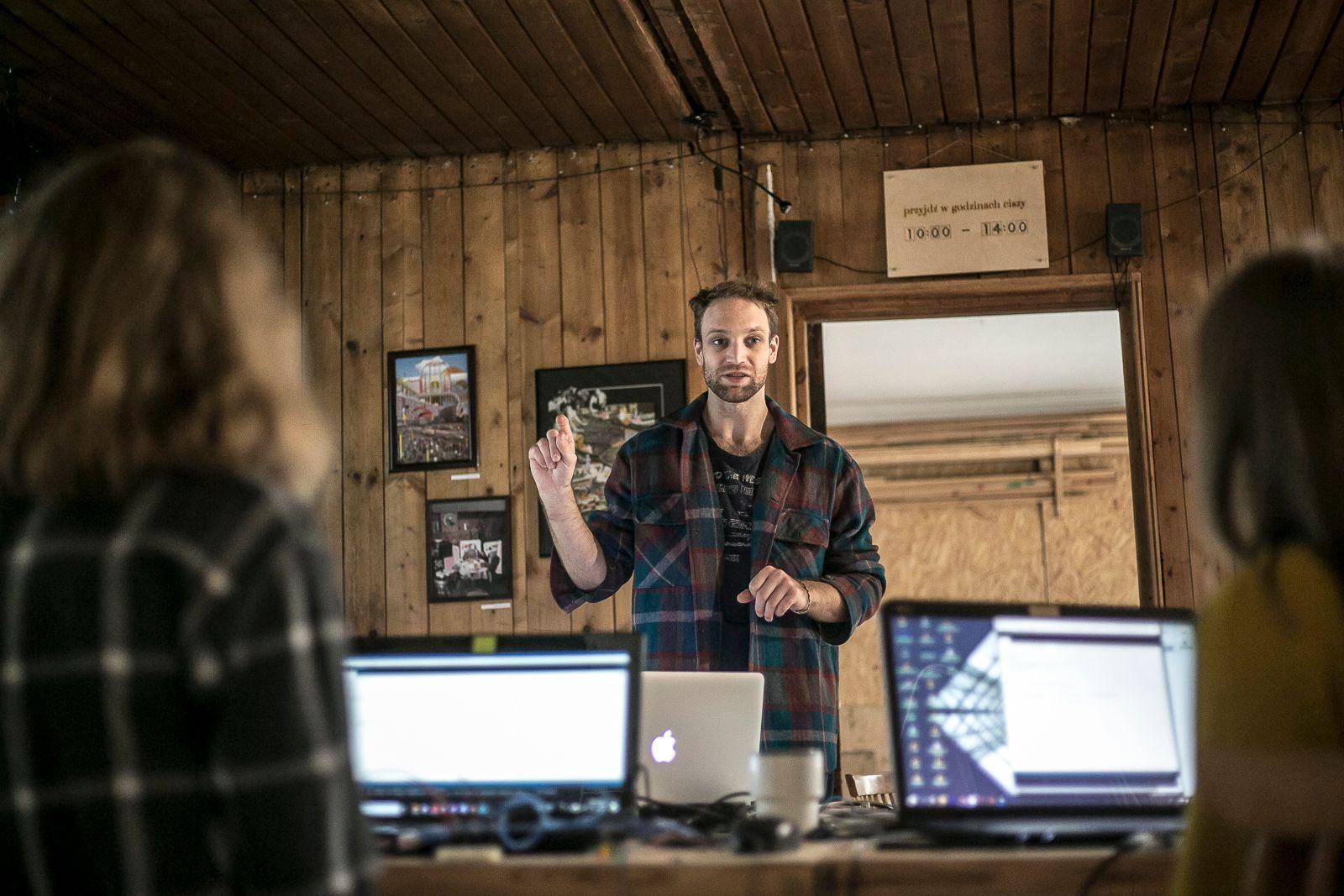 Kajetan prowadzi warsztaty z Arduino