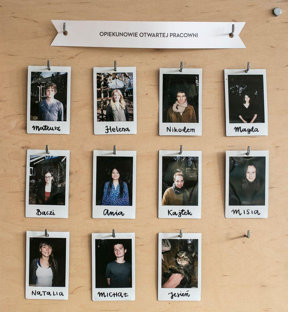 W domku wisi tablica z portretami wszystkich opiekunów tego miejsca