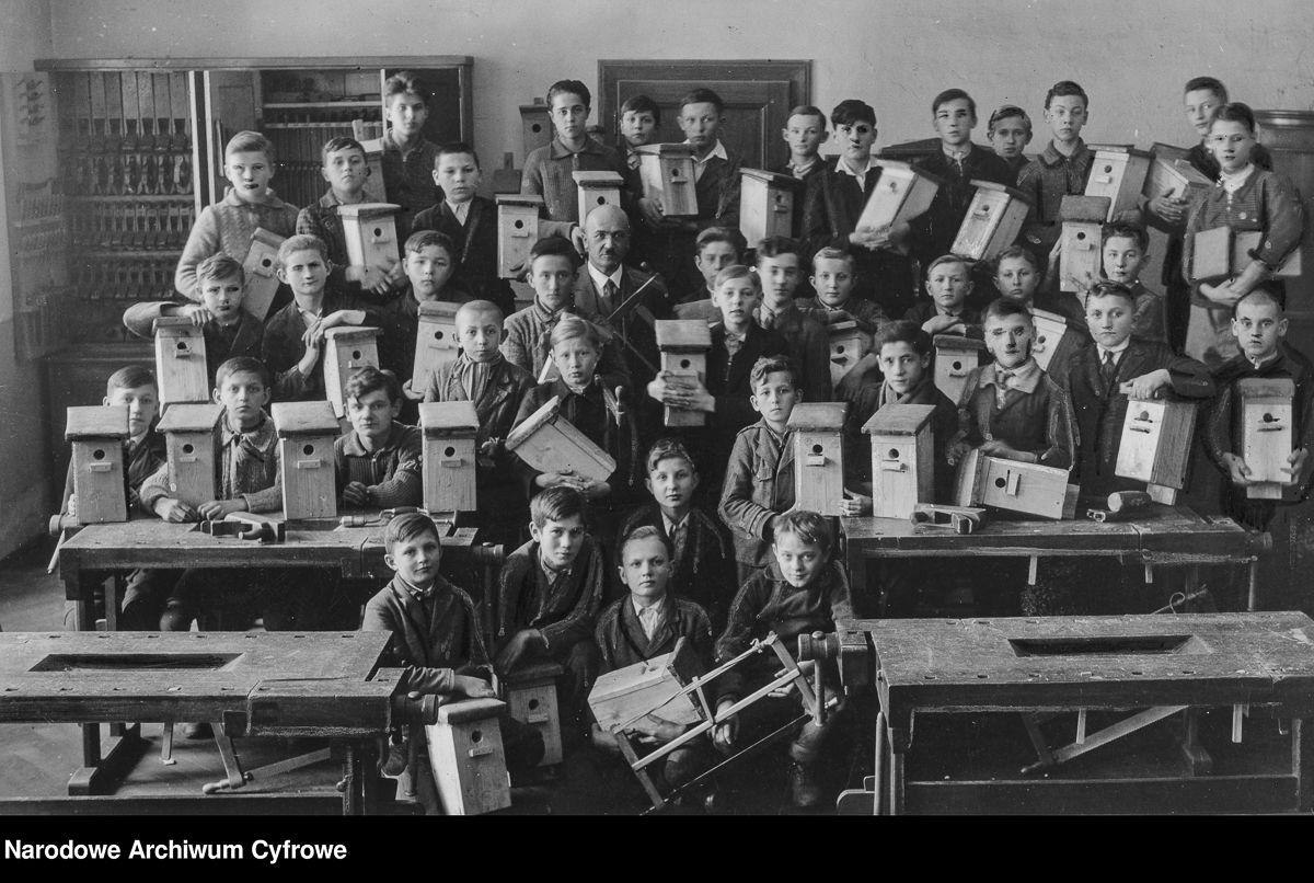 Uczniowie szkoły powszechnej im. Stanisława Hassewicza w Cieszynie z własnoręcznie wykonanymi budkami dla ptaków, 1936 rok