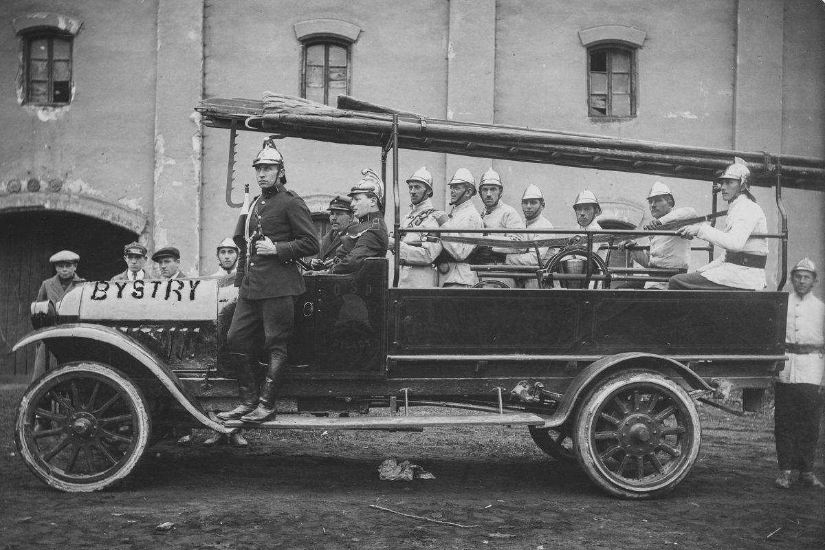 Straż Ogniowa Ochotnicza w Pilicy. Strażacy w samochodzie przygotowani do wyjazdu, data nieznana.