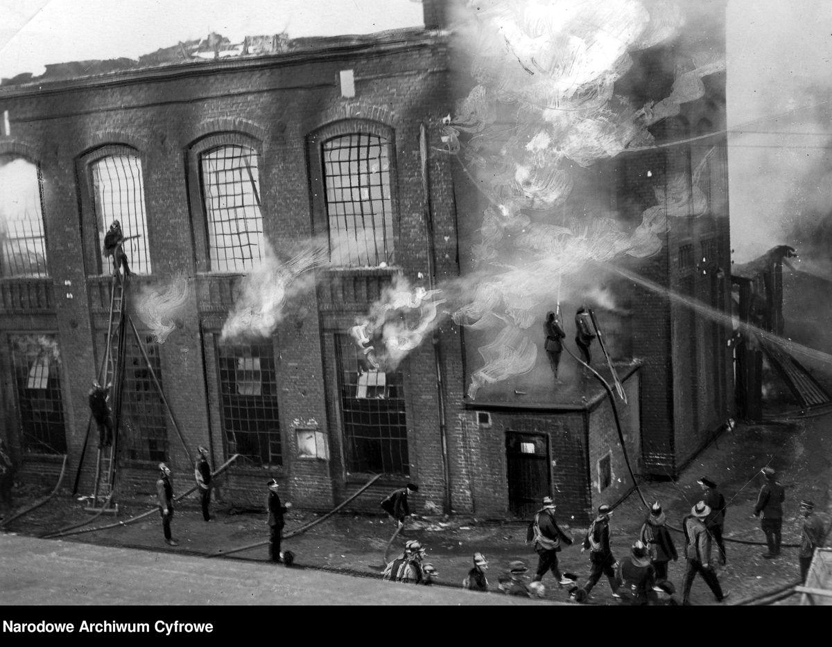 Pożar fabryki Franciszka Fiszera w Łodzi. Akcja ratownicza straży pożarnej, 1935 rok.