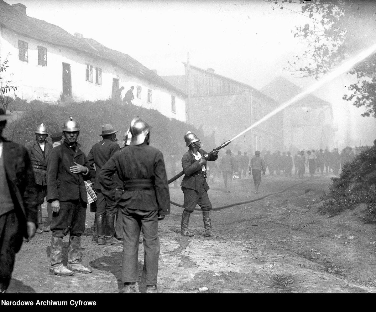 Pożar w Słomnikach. Strażacy przy gaszeniu pożaru, 1934 rok.
