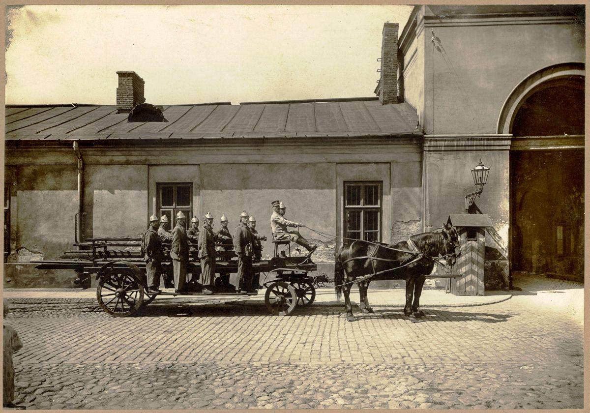Koszary I Oddziału Warszawskiej Straży Ogniowej przy ul. Nalewki 3, ok. 1922 roku.