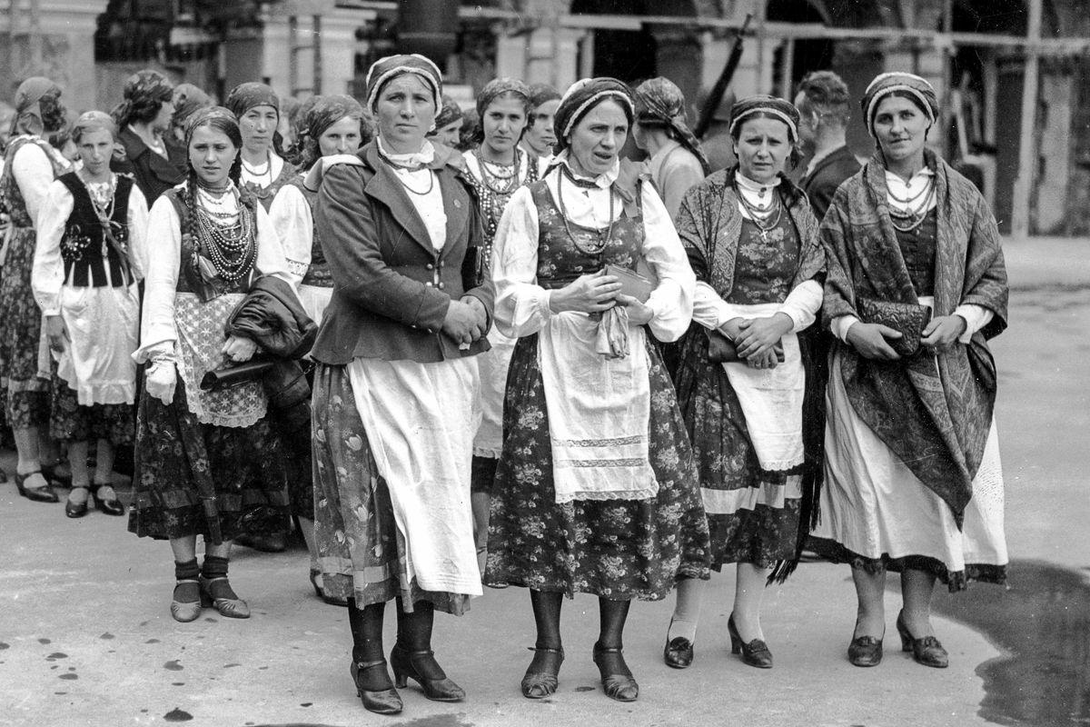 Zjazd Kół Gospodyń Wiejskich w Warszawie. Uczestniczki przed Grobem Nieznanego Żołnierza. 1937 rok.