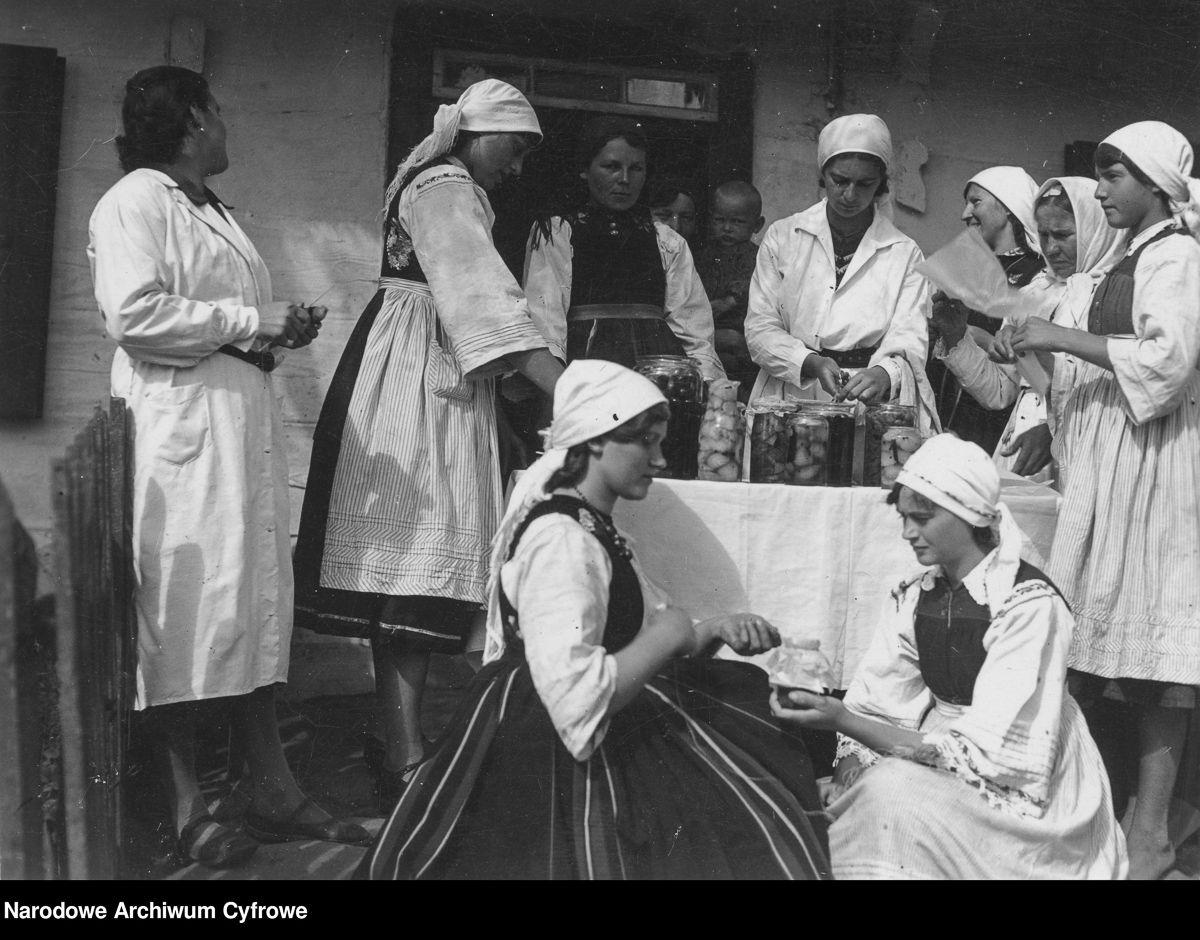 Kurs przygotowania przetworów owocowych zorganizowany przez Koło Gospodyń Wiejskich w Kompinie. Uczestniczki kursu podczas zajęć praktycznych. 1936 rok.
