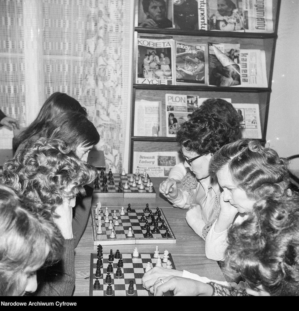 Konkurs Koła Gospodyń Wiejskich w województwie bialskopodlaskim. Uczestniczki konkursu podczas gry w szachy. 1976 rok.