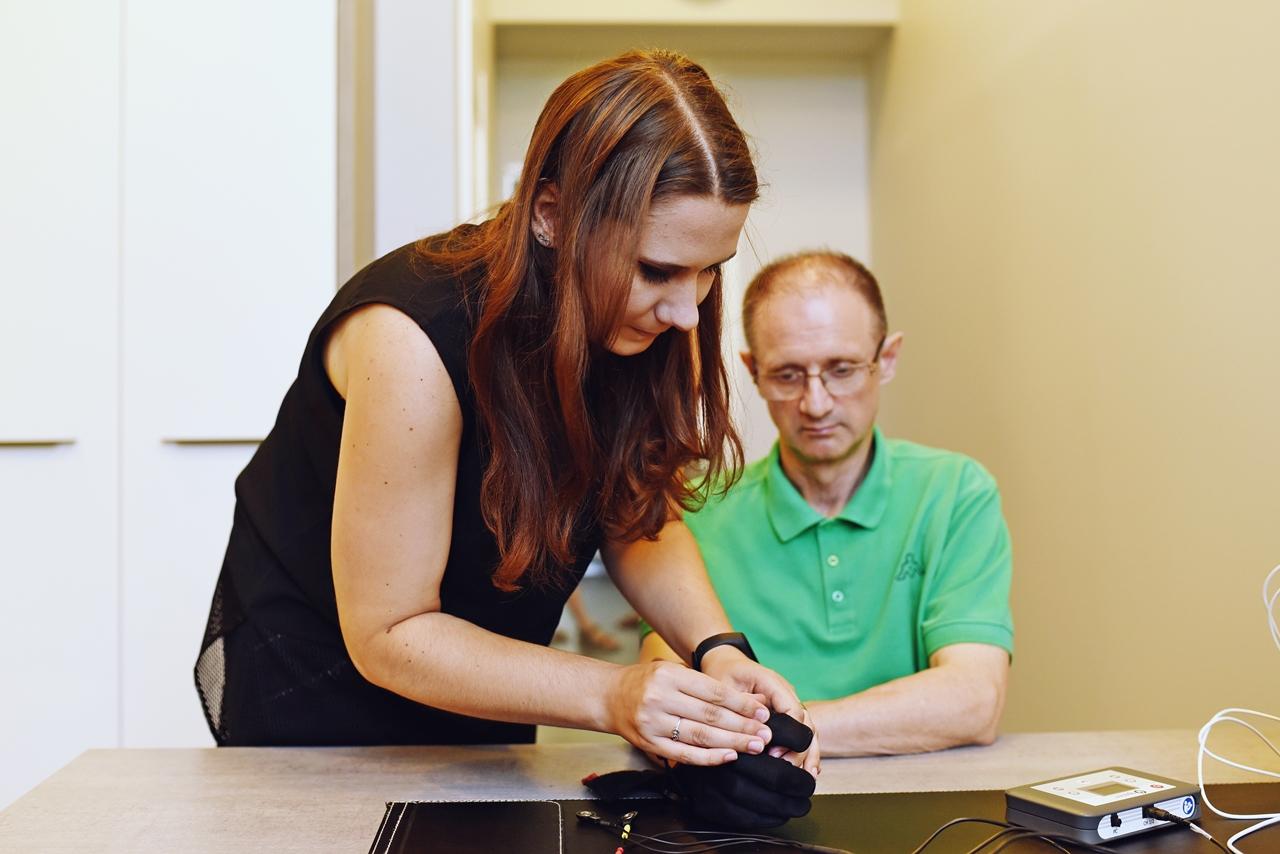 Terapia rękawicząka stymulujaca korę mózgową