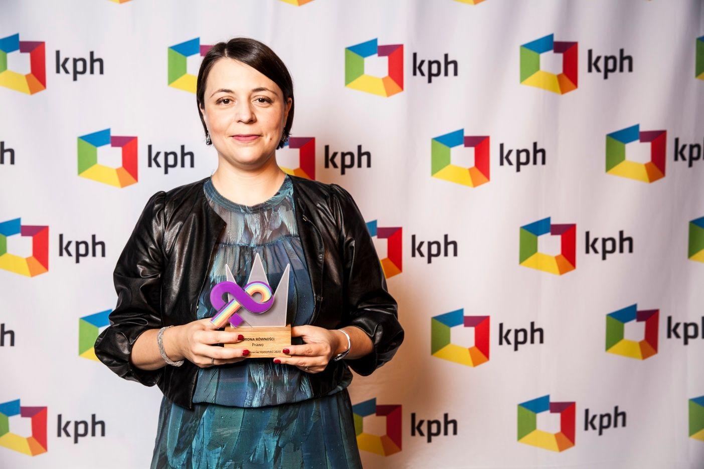 Anna Błaszczak-Banasiak, dyrektorka Zespołu do spraw Równego Traktowania w Biurze RPO Adama Bodnara z Koroną Równości, nagrodą KPH