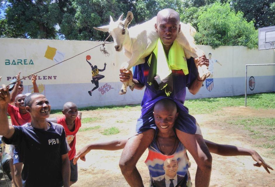 Finał meczu. Wygrana ekipa dostała w nagrodę kozę. Zawodnicy skończyli grać o godzinie 10, a do południa tańczyli z kozą na ramionach.