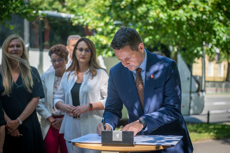 Prezydent Trzaskowski podpisuje apel przeciwko planowanej centralizacji oświaty