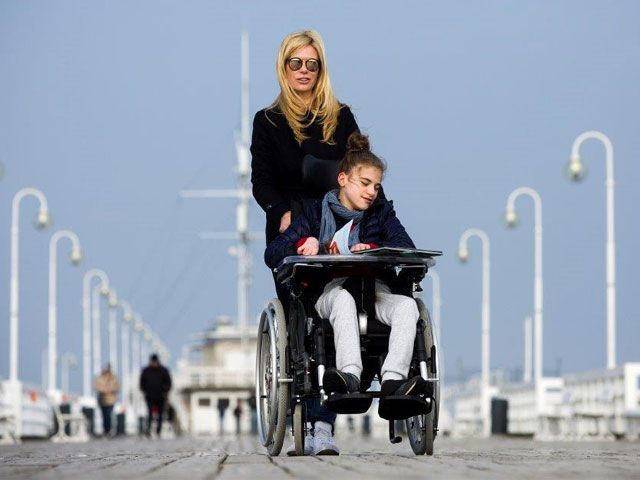 Monika Lewandowska – działaczka społeczna, ekspert, praktyk w dziedzinie zmian systemowych na rzecz osób niepełnosprawnością i rodzin, deinstytucjonalizacji usług społecznych, prywatnie przedsiębiorczyni i matka trzech córek, w tym dorosłej Oli z niepełnosprawnością znaczną, wymagającej intensywnego wsparcia.