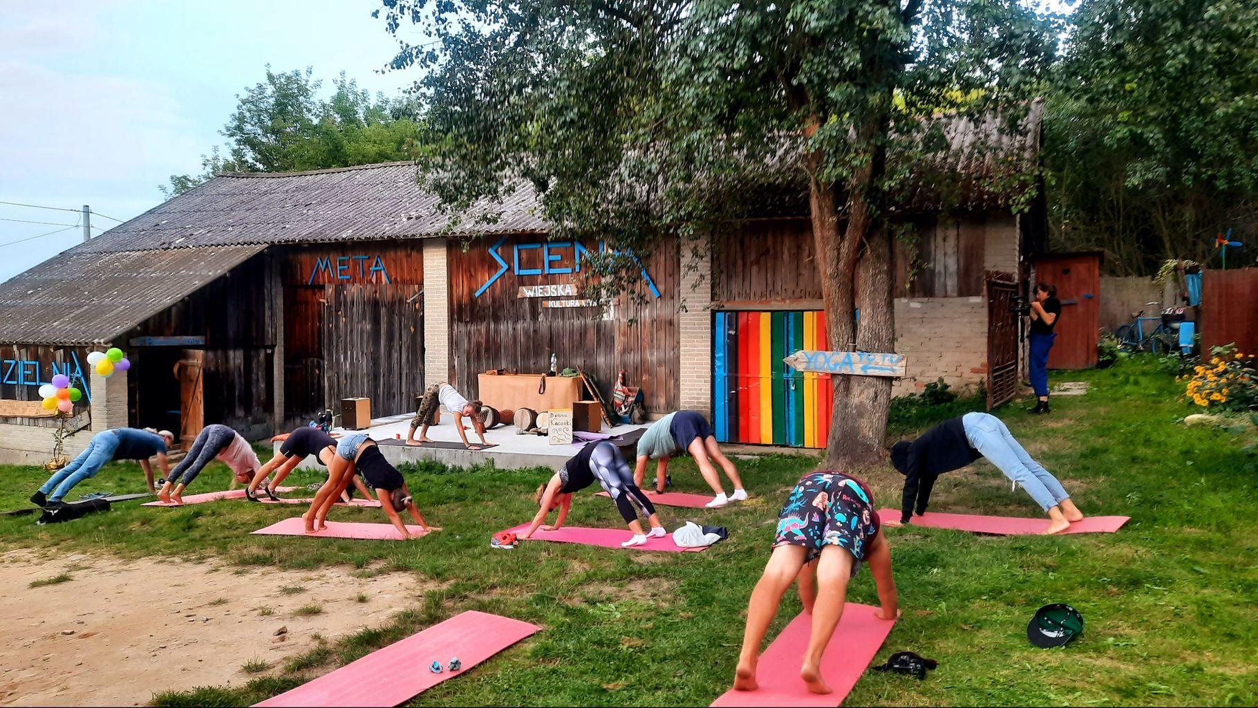 Zajęcia jogi na trawie