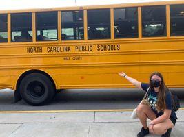 Miniatura Studentka FLEX przed swoim autobusem do szkoły